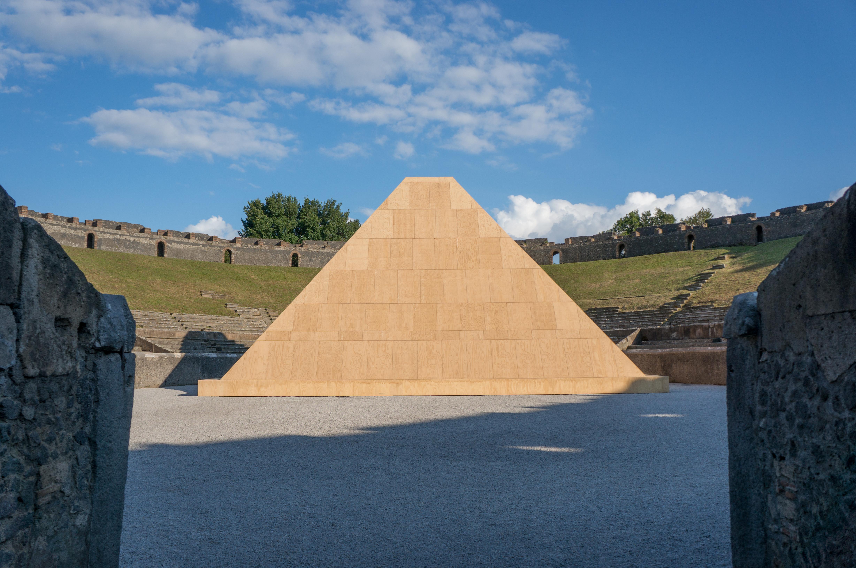 Piramide nell anfiteatro di Pompei allestimento Pompei e l Europa - 2015